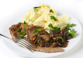 Veal escalope with mash and mushrooms